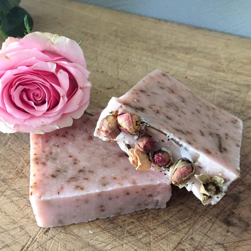 Handgemaakte natuurl;ijke zeep natuurlijke-biologische-vegan-ambachtelijk-Rozenzeep vk